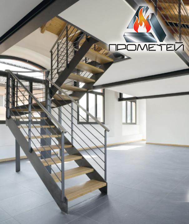П-подобные металлические лестницы открытого типа с перилами из нержавейки или черного металла