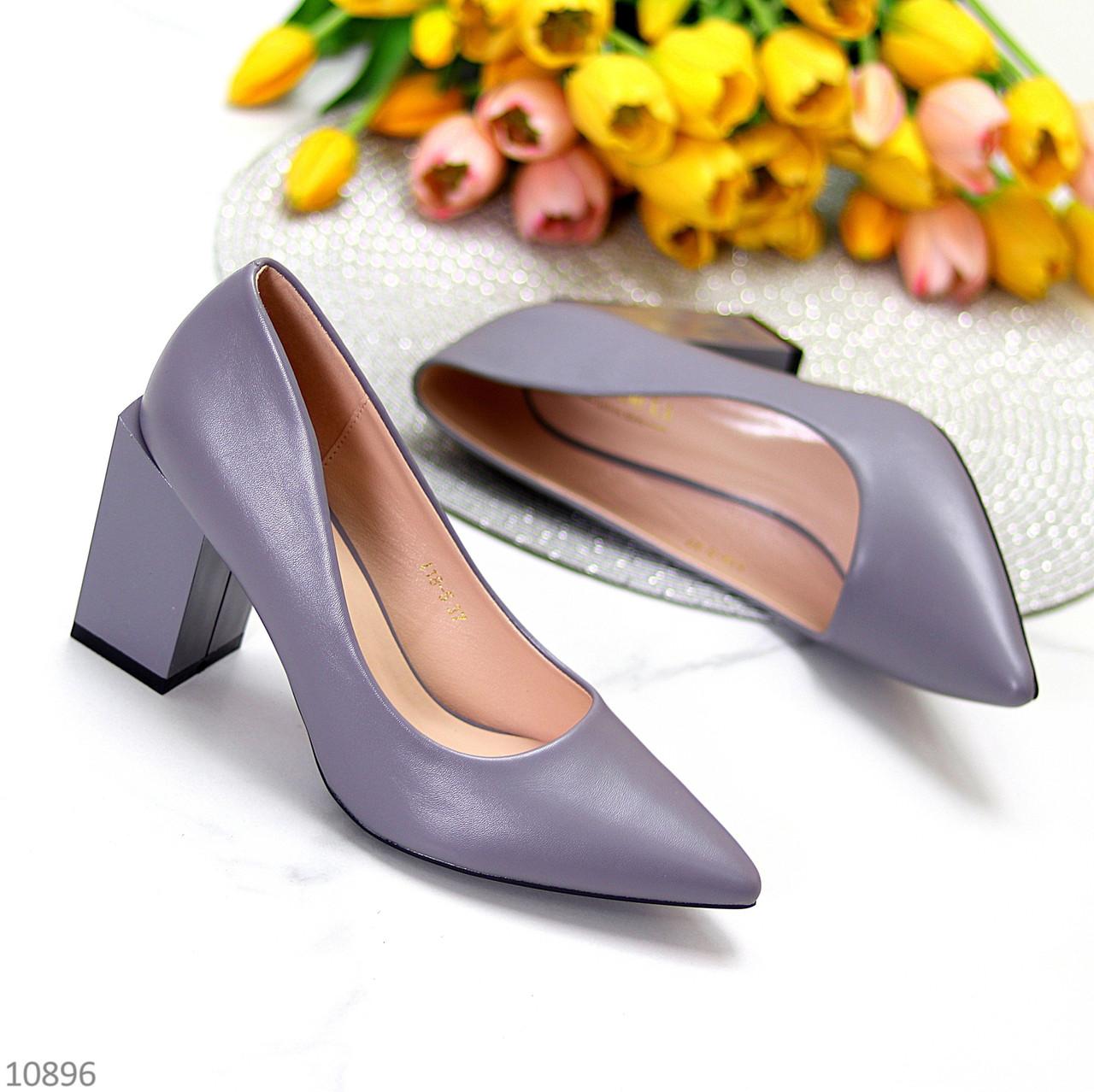 Модельні сірі лілові жіночі туфлі човники на фігурному підборі в асортименті