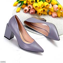 Модельные серые лиловые женские туфли лодочки на фигурном каблуке в ассортименте