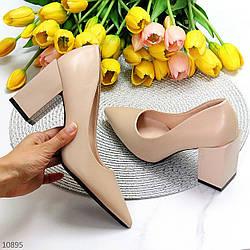 Модельные бежевые женские туфли лодочки на фигурном каблуке в ассортименте