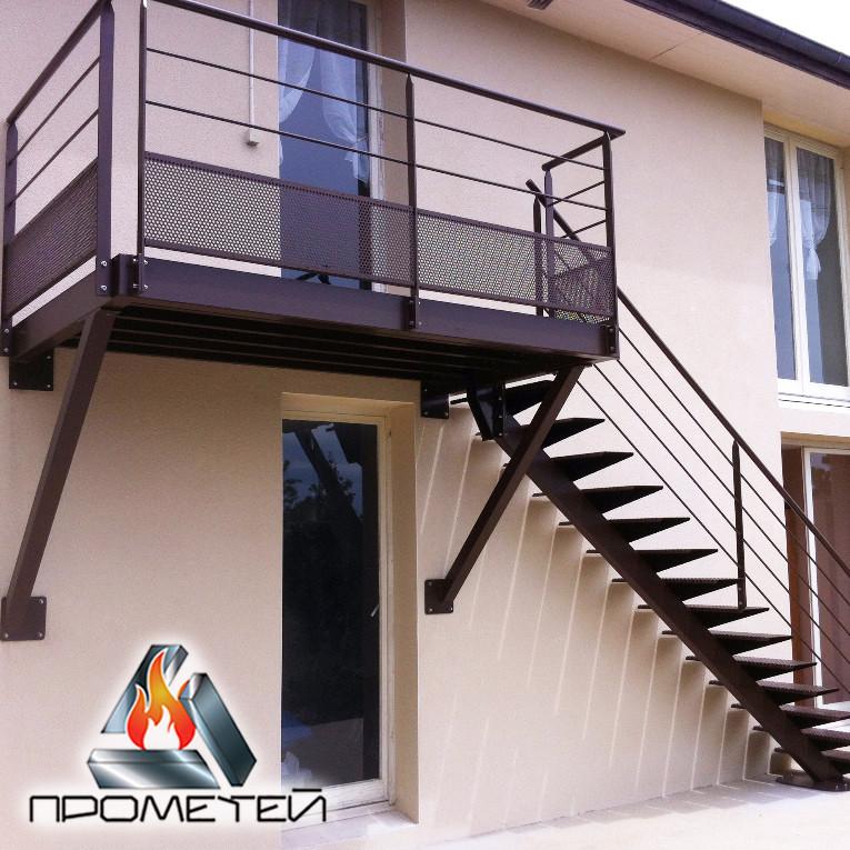 Прямі сходи з металу на одному косоурі на другий поверх, терасу і балкон