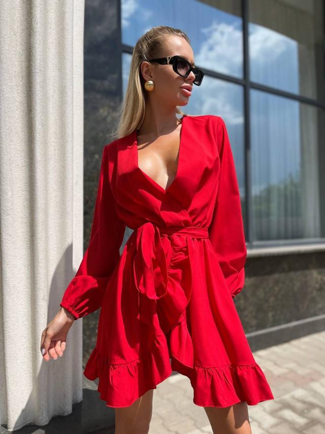 Лёгкое короткое платье на запах с рукавом на манжете