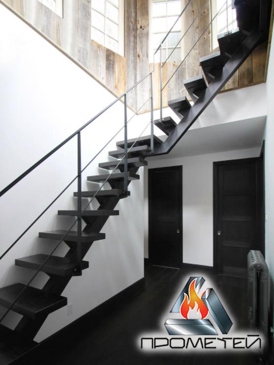 Г-образная металлическая лестница на монокосоуре с площадкой - в дом, дачу или двухэтажные апартаменты