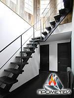 Г-образная металлическая лестница на монокосоуре с площадкой - в дом, дачу или двухэтажные апартаменты, фото 1