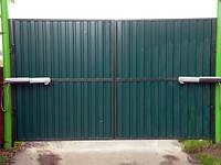 Распашные ворота. Зашивка — ПРОФНАСТИЛ (вертикальное исполнение)