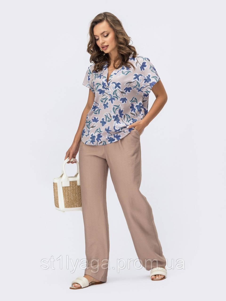 Костюм из блузки в цветочек и брюк бежевый ЛЕТО