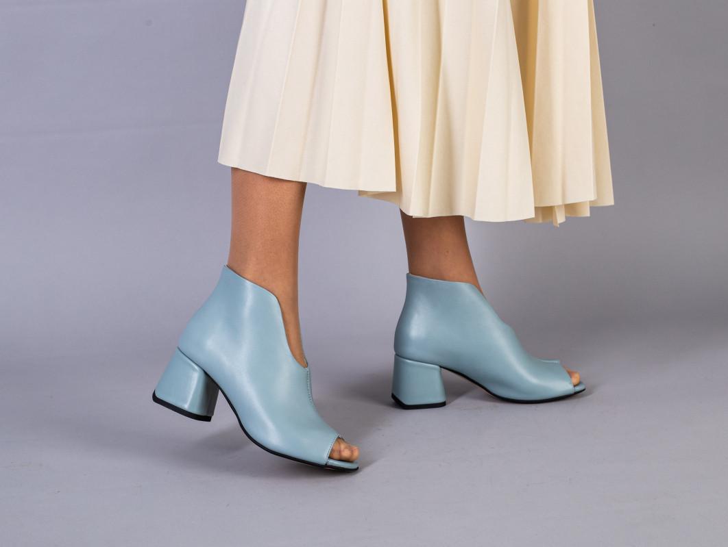 Ботильоны женские кожаные голубого цвета летние