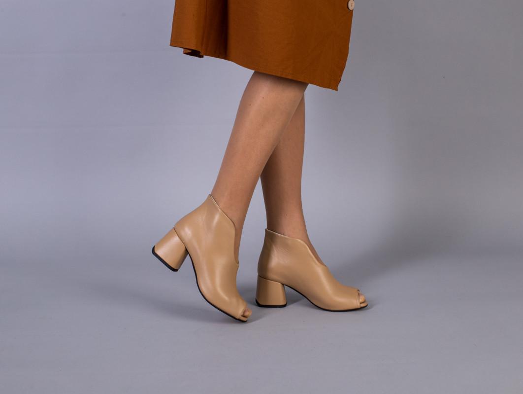 Ботильйони жіночі шкіряні карамельного кольору літні