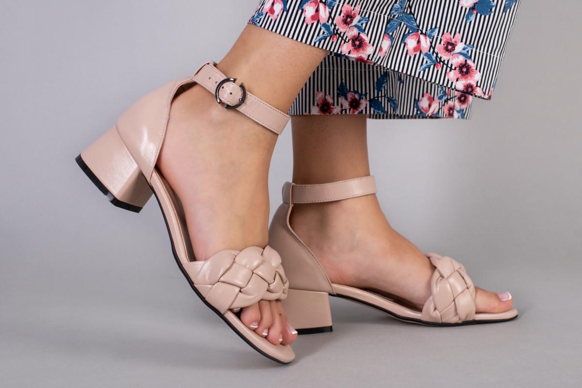 Босоножки женские кожаные бежевые на каблуке