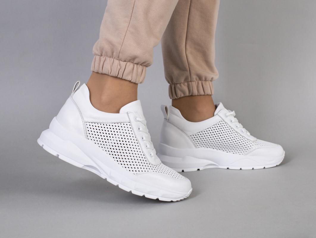 Кросівки жіночі шкіряні білі з перфорацією на товстій підошві