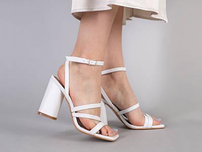 Босоножки женские кожаные белого цвета на каблуке