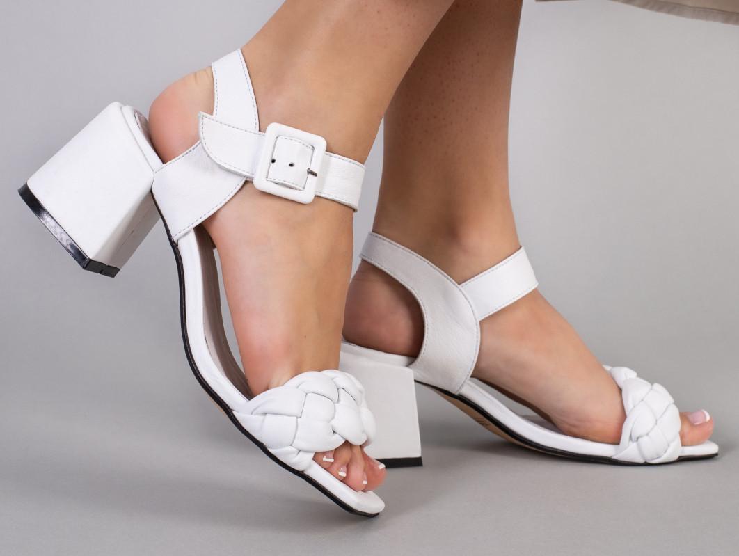Босоніжки жіночі шкіряні білого кольору на підборах 5.5 см