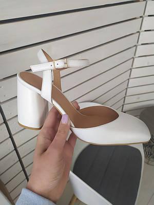 Босоножки женские кожаные белого цвета на каблуке с закрытым носком