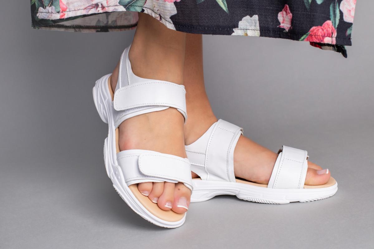Босоніжки жіночі шкіряні білого кольору на липучці