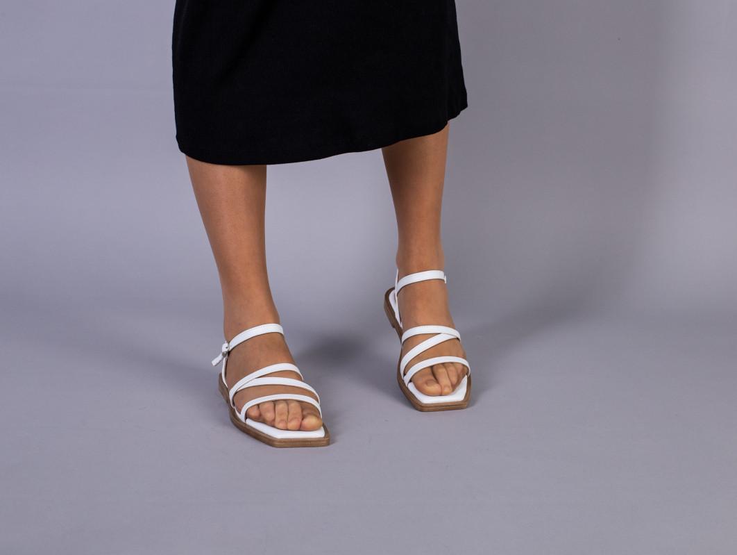Босоніжки жіночі шкіряні білі на низькому ходу
