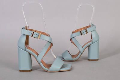 Босоножки женские кожаные голубого цвета на каблуке