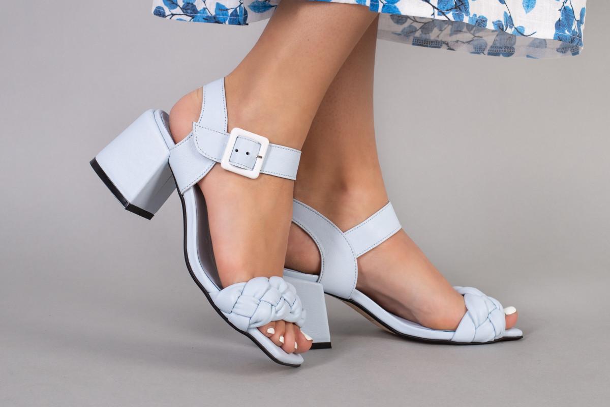 Босоніжки жіночі шкіряні блакитного кольору на підборах 5.5 см