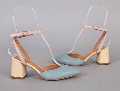 Босоножки женские кожаные голубого цвета на каблуке с закрытым носком