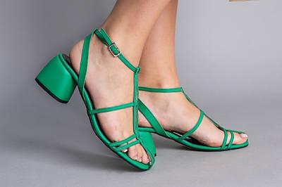 Босоножки женские кожаные зеленого цвета на каблуке