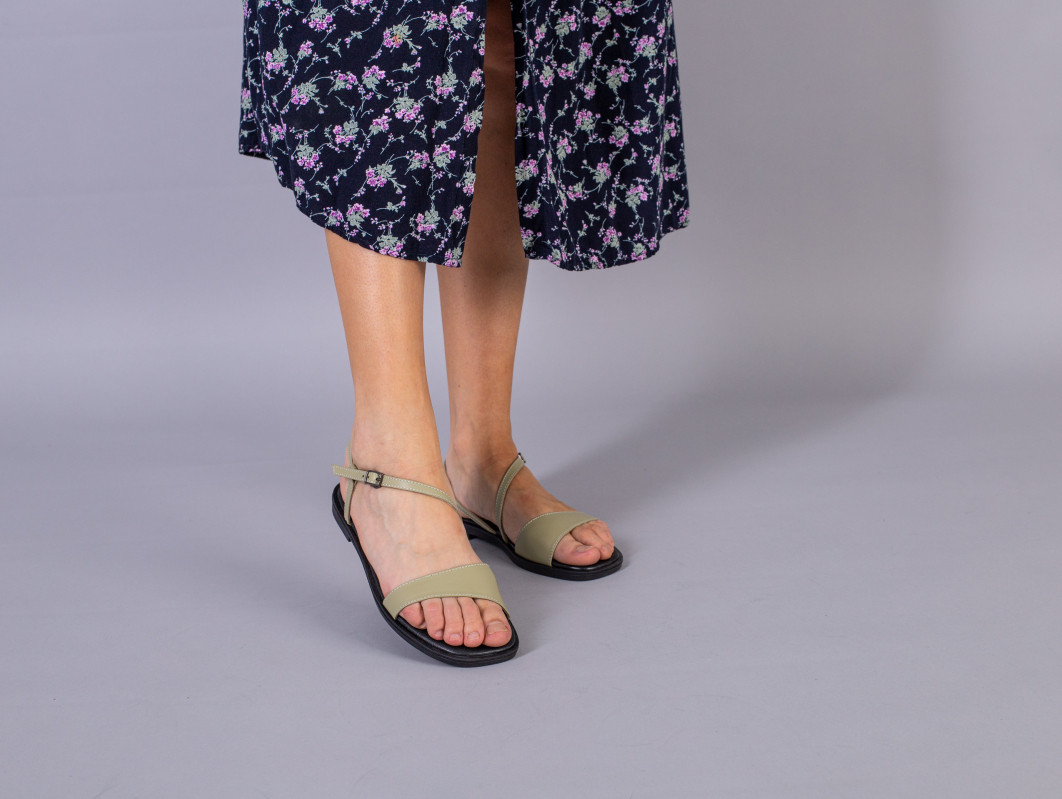 Босоніжки жіночі шкіряні оливкової на низькому ходу