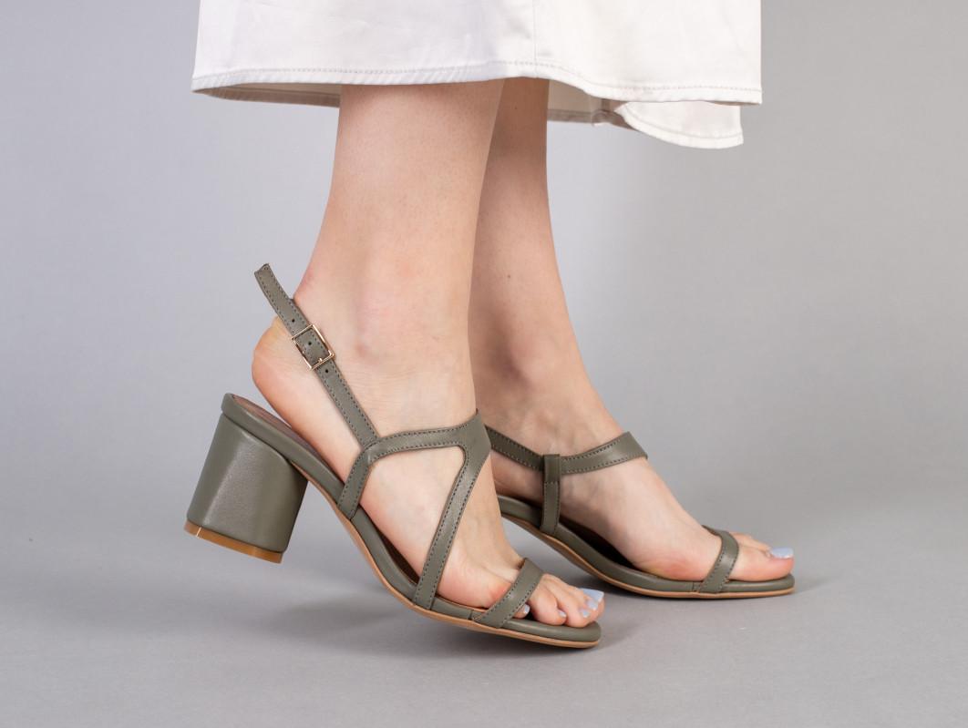 Босоножки женские кожаные цвета хаки на каблуке