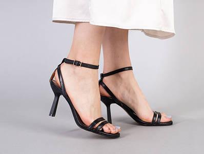 Босоножки женские кожаные черного цвета на каблуке