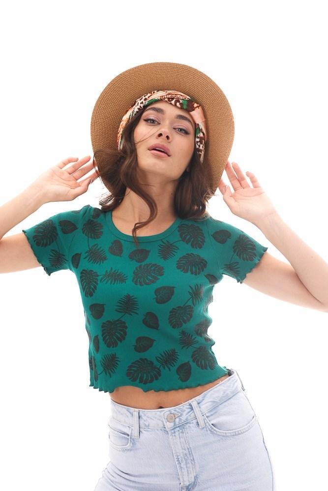 Женская укороченная зеленая футболка с тропическими листьями