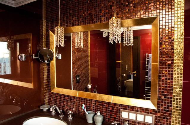 Зеркало с имитацией позолоты, отделка багета поталью.