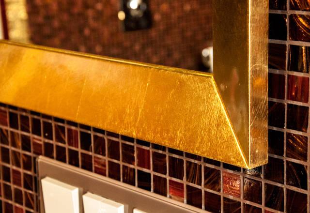Настенное прямоугольное зеркало в золотой раме.Ширина профиля рамы зеркала 70мм.