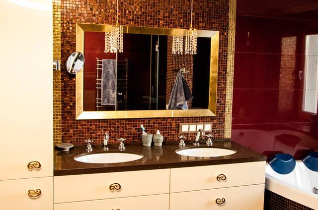 Зеркало в ванной комнате. Багет зеркала изготовлен из дерева бук.