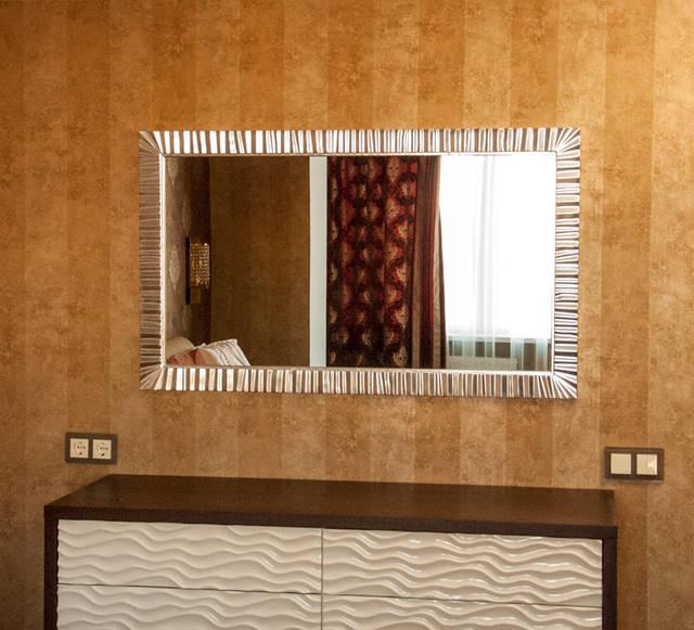 Зеркало в спальной комнате с профилем изготовленного из дерева бук.