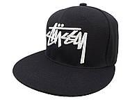 Черная кепка Stussy с белой надписью