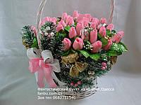 """Шикарный конфетный букет из бутонов роз """"Новогодняя Феерия в белой корзине""""№41"""