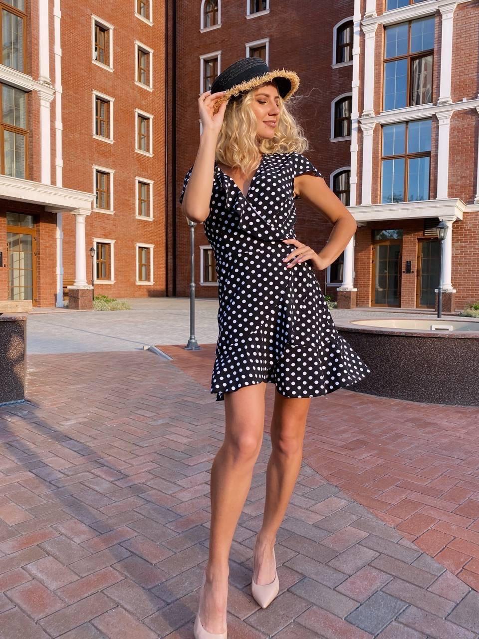 Коротке жіноче плаття на запах