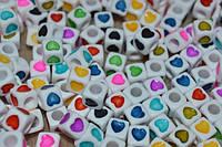 бусины сердечки на белом фоне 7 на 7 мм (9  цветов)
