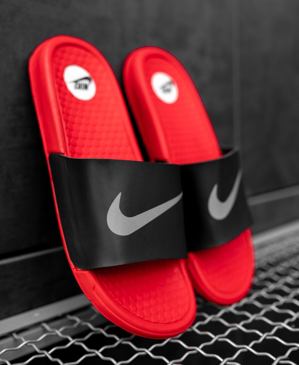 Шльопанці / Кросівок Nike Black Red