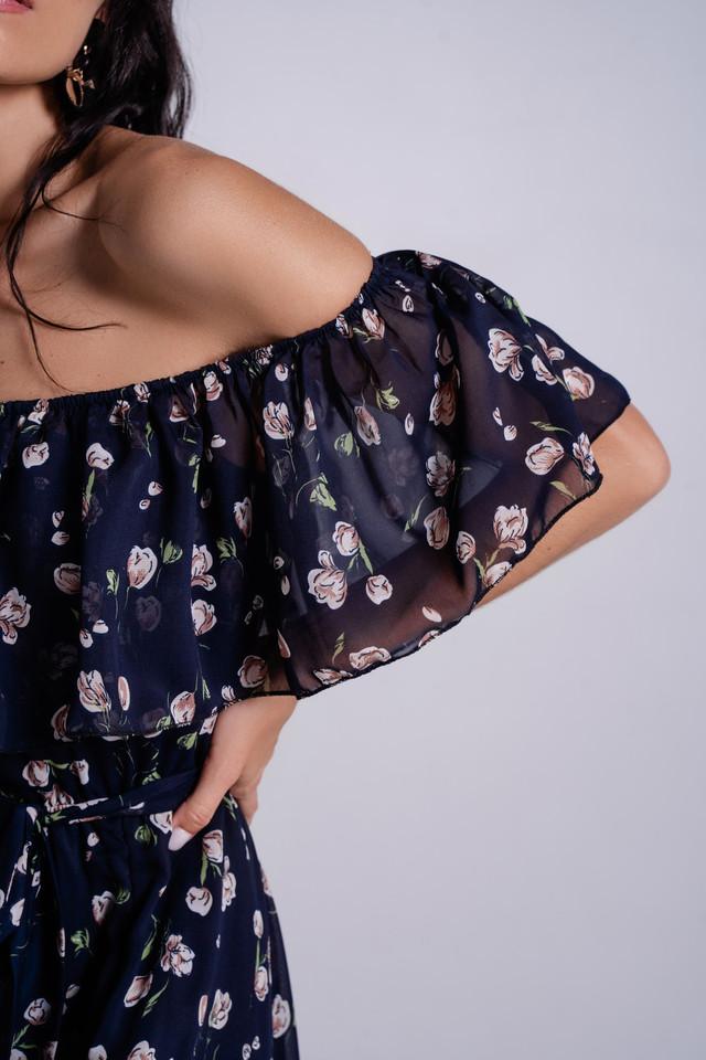 Легкое платье макси с открытыми плечами и разрезом по ноге