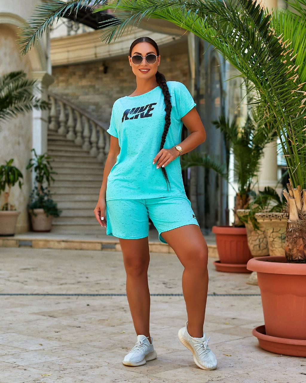 Літній спортивний костюм з шортами і вільною футболкою