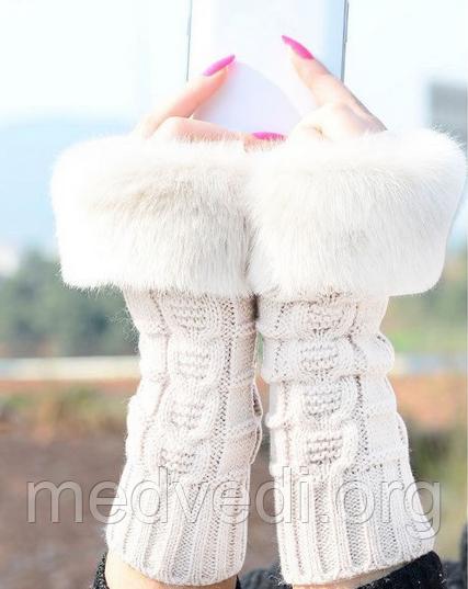 Вязані мітенки з хутром, білого кольору