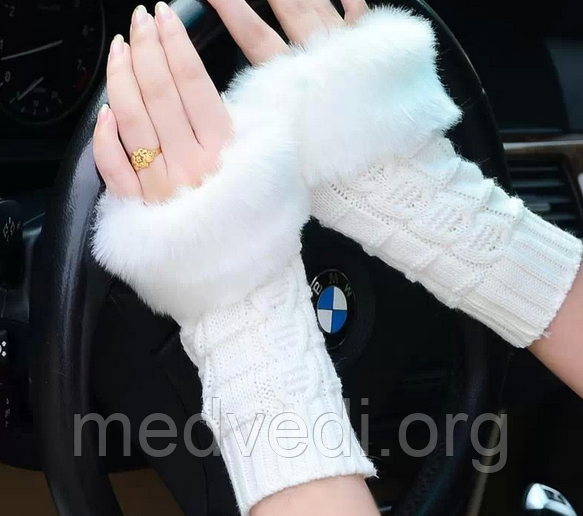 Білі вязані мітенки