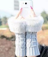 Светло-серые вязаные митенки (перчатки без пальцев) с мехом
