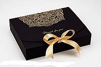 Подарункова коробка з тисненням 20х25х5 124208 Найкраща якість