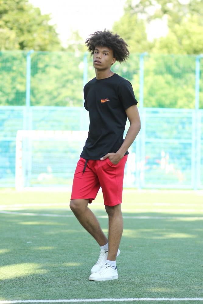 Чорна футболка з логотипом Nike та червоні шорти