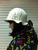 Белая шляпка из микровельвета с волнистыми полями