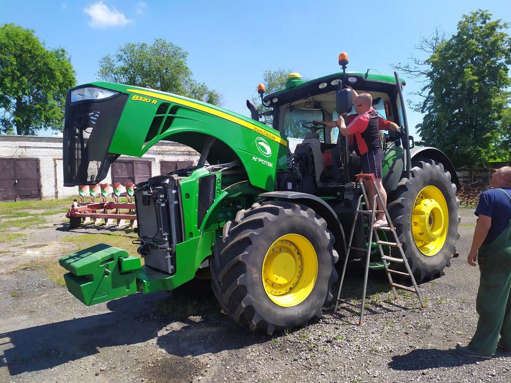 Производство и замена лобового стекла триплекс на колесный трактор John Deere 8320R в Никополе (Украина).