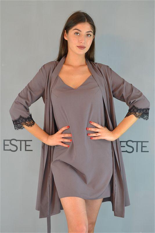 Комплект домашней женской одежды халат и ночная сорочка.