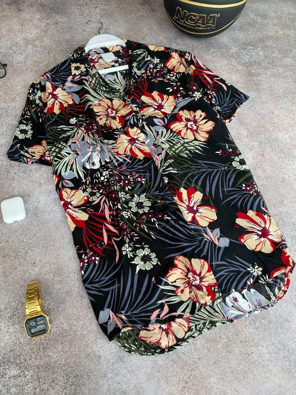 Чоловіча легка сорочка чорного кольору з квітами