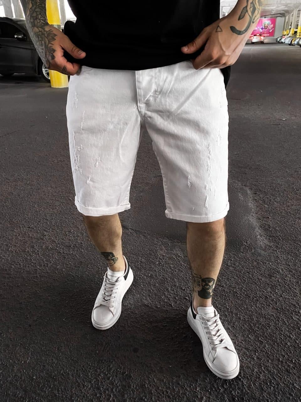 Мужские джинсовые шорты белого цвета поцарапанные