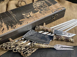 """Подарунковий набір шампурів ручної роботи """"Кабан"""" з ножем, виделкою і секачем, в розписному буковому кейсі"""