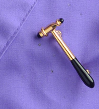 Брошь брошка значок металл медицинский молоточек золотистый